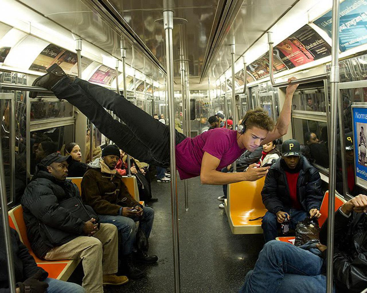 20個讓你「忍笑到目的地」的地鐵怪景象 「自備把手」網笑翻!