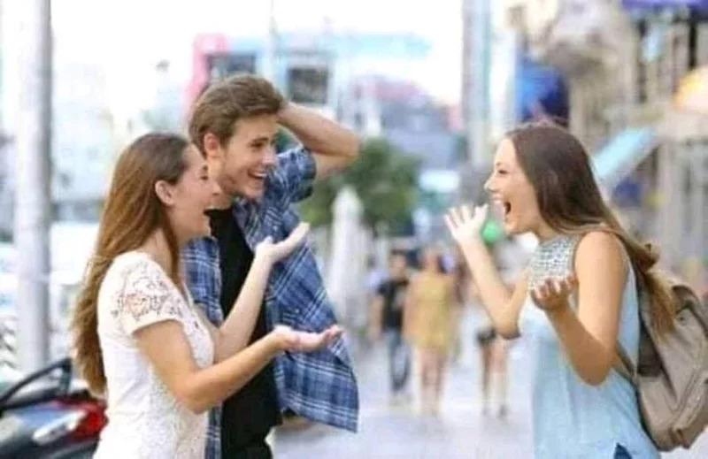 經典梗圖「男友偷看妹」真的有後續 超展開「下跪劇情」讓網友笑噴:死性不改!