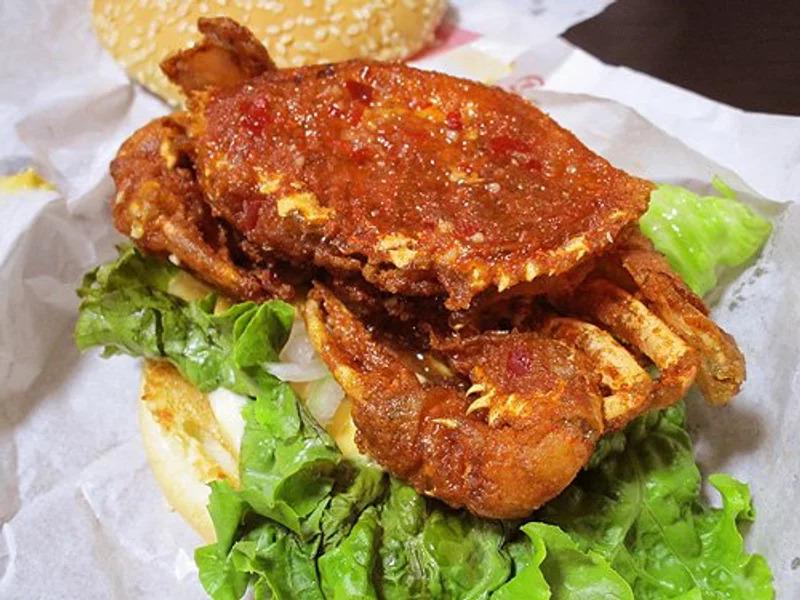 究極海鮮漢堡!炸好「整隻螃蟹」夾進去模樣太浮誇 網:打破人類三觀