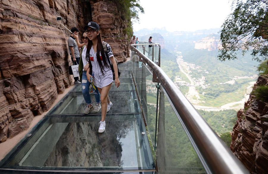 中國多處「玻璃景觀步道」緊急關閉中!被爆「不安全因素」 過去嚇人意外頻傳