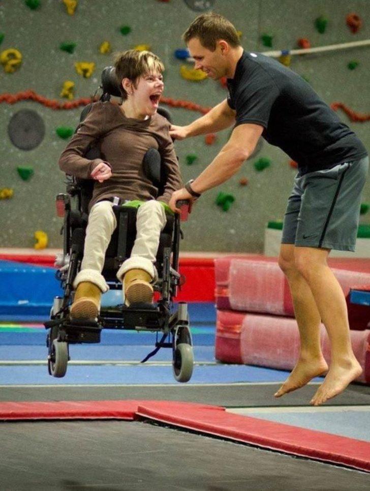 22張證明「快樂其實很簡單」溫馨照片 他初次「用義肢走路」畫面超爆淚!