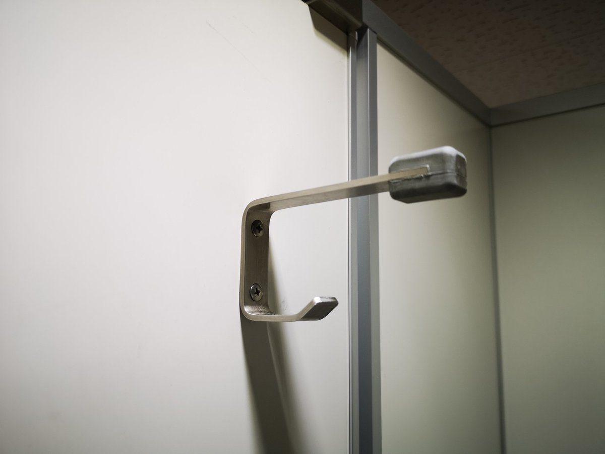 日本廁所門上為什麼是「雙層勾」設計?背後「防犯罪目的」證明日本人太聰明!