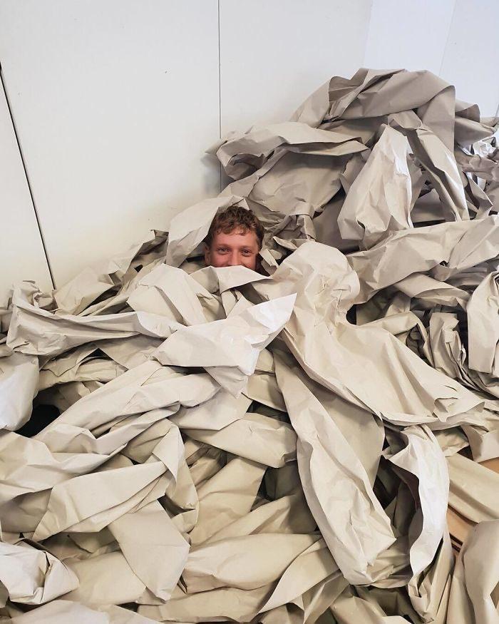 30張人類超級浪費資源的證據 拿「紅毯氣泡紙」包一顆電池