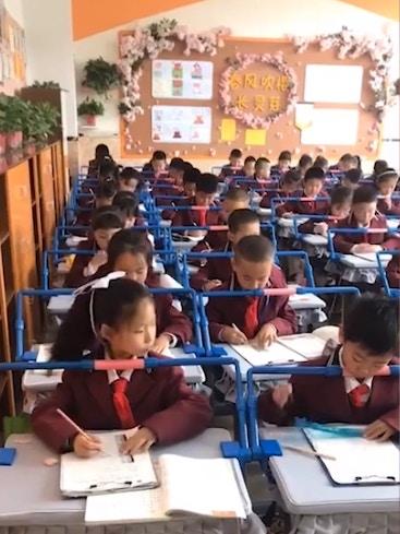 中國為了「矯正學生寫字姿勢」出奇招 網看「小孩戴上裝置」畫面秒傻眼:本末倒置!