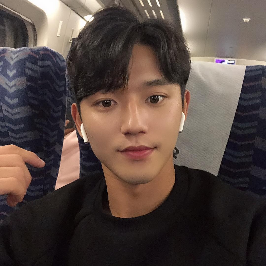 22歲韓國小鮮肉足球員「帥到爆紅」!超狂身材衣服也擋不住 網:不當明星太浪費