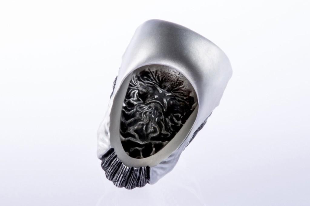 《進擊的巨人》聯名款「巨人戒指」紋理超細膩!粉絲驚呆:背面有驚喜