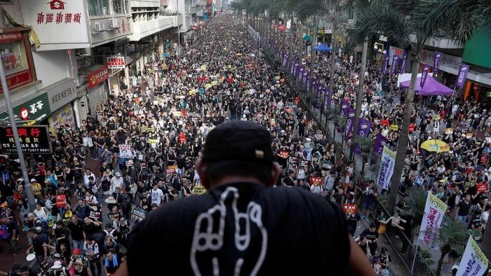 中國禁止「出口黑衣服」到香港 頒佈「超針對規定」連貼身衣物也會被攔截!