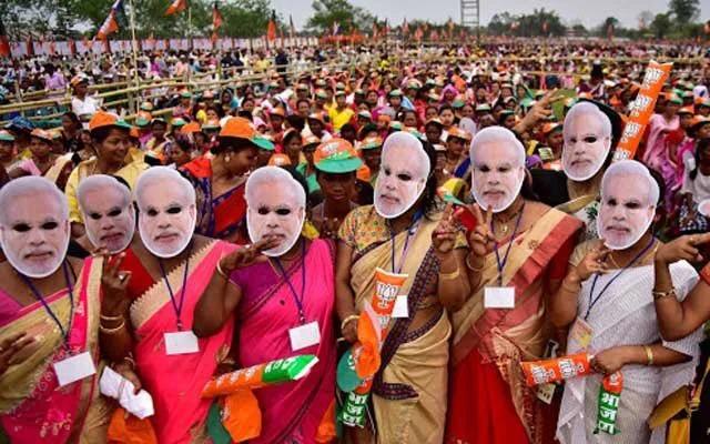 為了歡迎習近平…印度2千名學生「戴上本尊面具」迎接 揮5星旗擺「名字隊形」超震撼