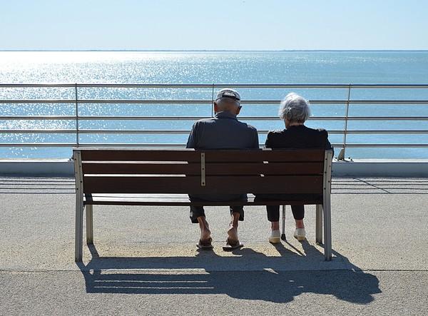 高中情侶「分手63年後」相戀結婚!兩人因「高中舞會照片」重新聯繫 比愛情電影更浪漫❤