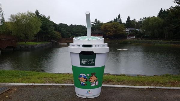 韓政府推超萌「咖啡杯垃圾桶」 網友發現「驚人造價」暴怒:可以買車!
