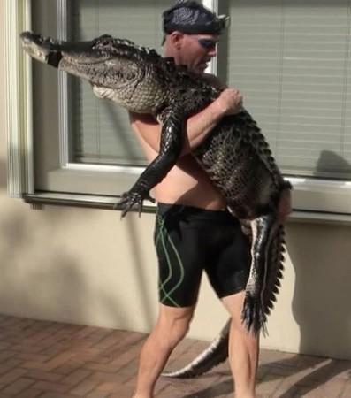影/捕鱷專家「制伏3米大鱷魚」畫面被瘋傳 他曝光「另類捕捉技巧」陪牠玩就對了!