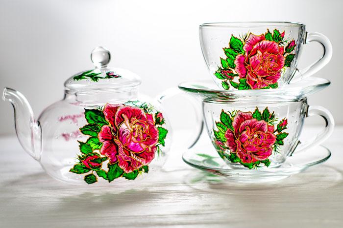 藝術家手繪「絕美玻璃容器」 茶壺變教堂裡的「夢幻玻璃窗」!