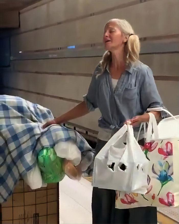 影/地鐵女遊民「隱藏版天籟」震驚全網 「曾是歌后」惹淚崩:讓她回到舞台!