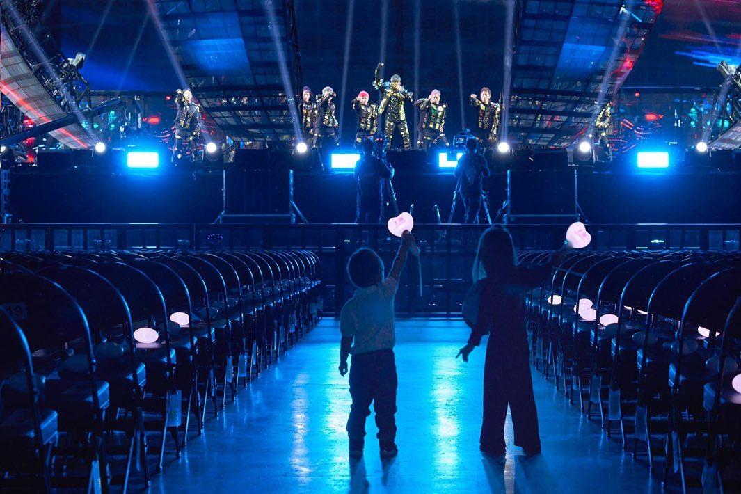 周杰倫貼心辦「只給他們」的私人演唱會 昆凌曬「小孩超萌背影」甜喊:老公地位提升❤