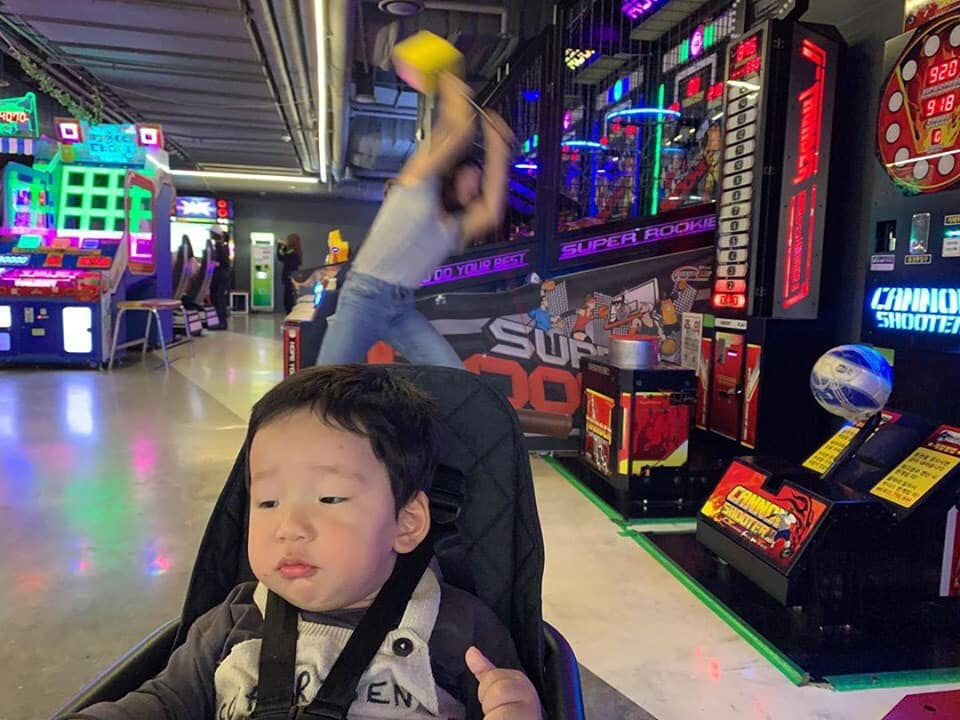 韓國女星壓力太大…狂砸遊戲機「兒子被晾一邊」表情超淡定 媽媽崩潰日常笑翻全網!