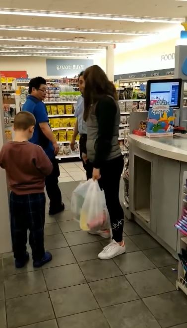 影/華裔阿姨「說母語」被粗話飆罵 她「帶著小孩」連珠炮:不准在這裡講中文!