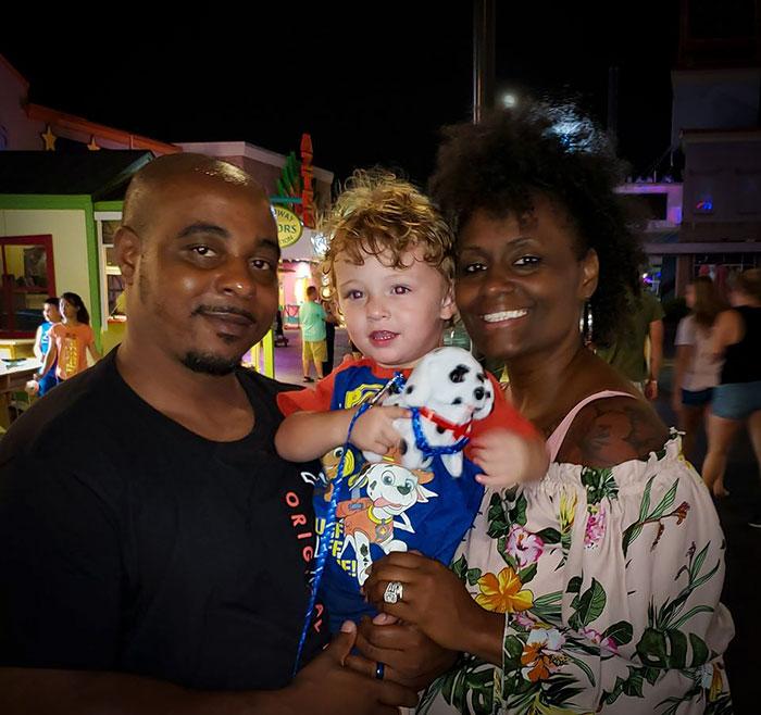 善良夫妻「領養白人小男孩」卻屢被羞辱 路人把他們「當成綁架犯」直接報警