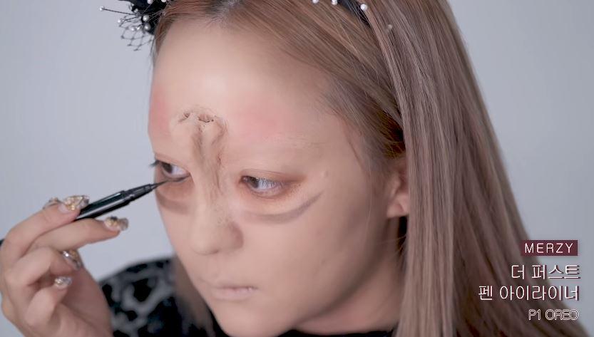 影/美妝部落客畫出「驚人顛倒妝」比貞子更可怕 她直接在臉上「做一個鼻子」畫面超衝擊!