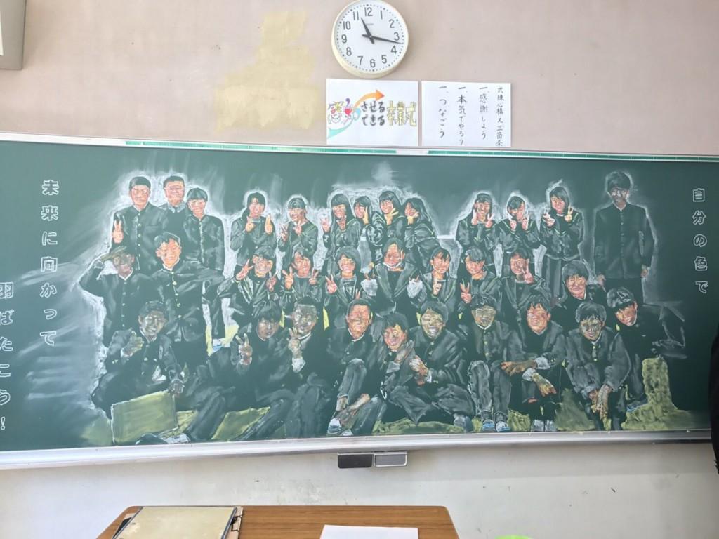 老師為畢業學生「花7.5小時」畫黑板 隔天「全班33人」看到感動爆淚