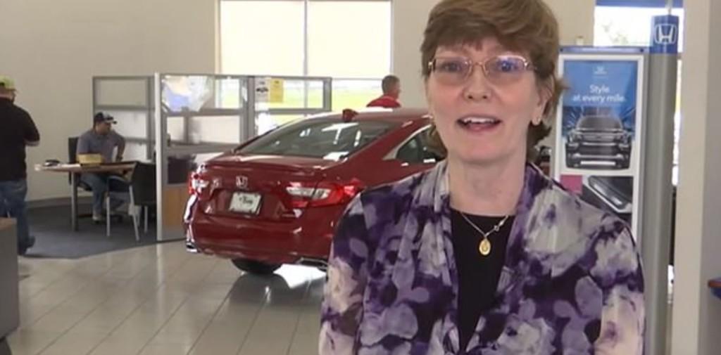 女服務生「每天走22公里」上班 夫妻客得知...暖送「一輛新車」當禮物!