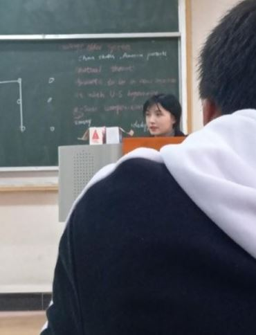 網友上課偷拍「正妹老師」照片被瘋傳 網起底「背景身份」曝光正臉…想復學了!