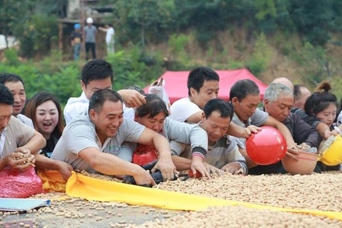 月底吃土是真的?中國舉辦「吃土大會」吸千人朝聖 「一噸土饃」被秒殺網大讚:超好吃!