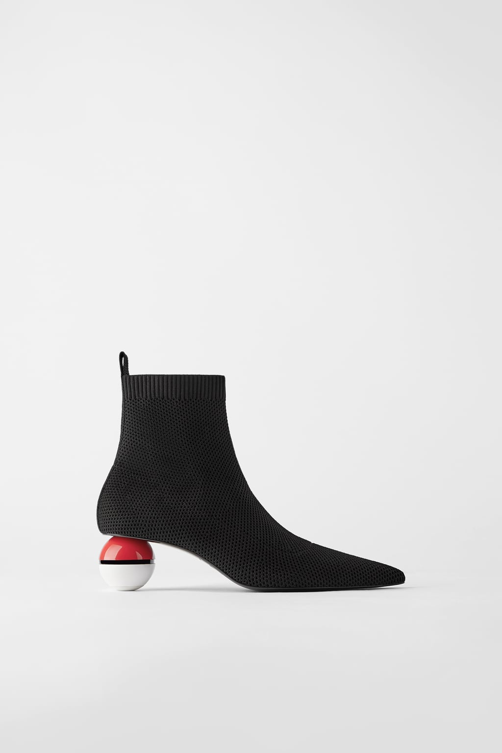 ZARA推「寳可夢短靴」造型超前衛 鞋跟踩著「神奇寶貝球」網超不解:時尚好難懂!