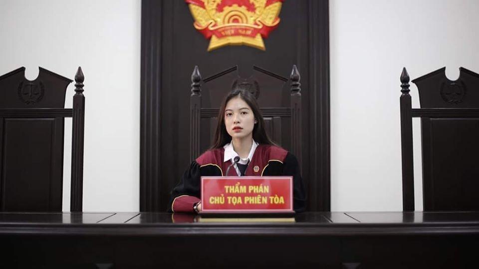 空靈系正妹「穿法官袍」照片爆紅 她「清純外表+高冷氣質」讓人秒融化:審判我吧!