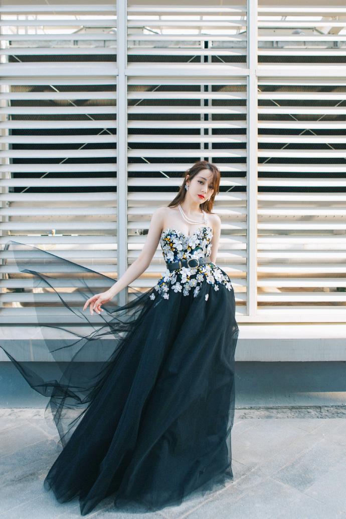 迪麗熱巴禮服太重「差點就曝光」 明道超暖舉動「往前站一步」英雄救美!