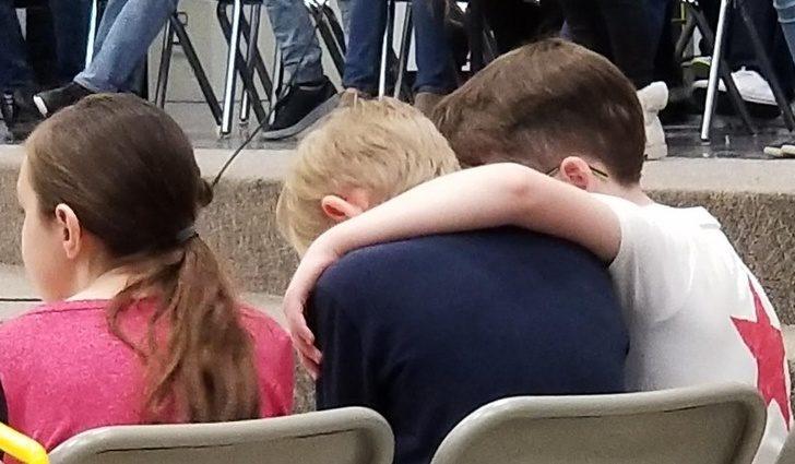 20張證明「愛能跨越界限」感人溫馨照 同學媽抗癌成功「全班一起歡呼」