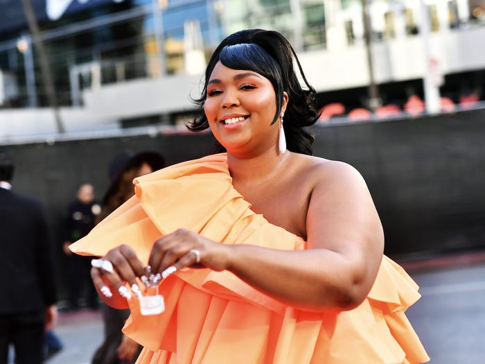 嘻哈歌手「紅毯禮服+超迷你包包」成焦點 全球「限量3個」連亞莉安娜都愛!