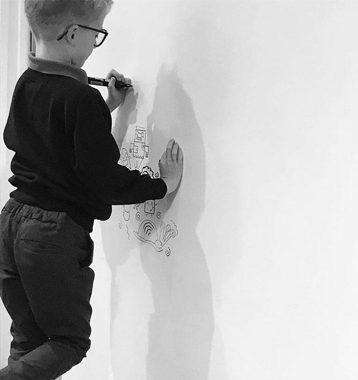 9歲小男孩上課愛塗鴉...畫到「找到工作」變藝術家 狂塗12小時畫滿整間房!