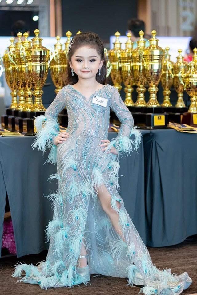 6歲小蘿莉獲選美冠軍!她靠「超級電眼+名模氣勢」迷倒眾人 網友卻超擔心:父母要注意