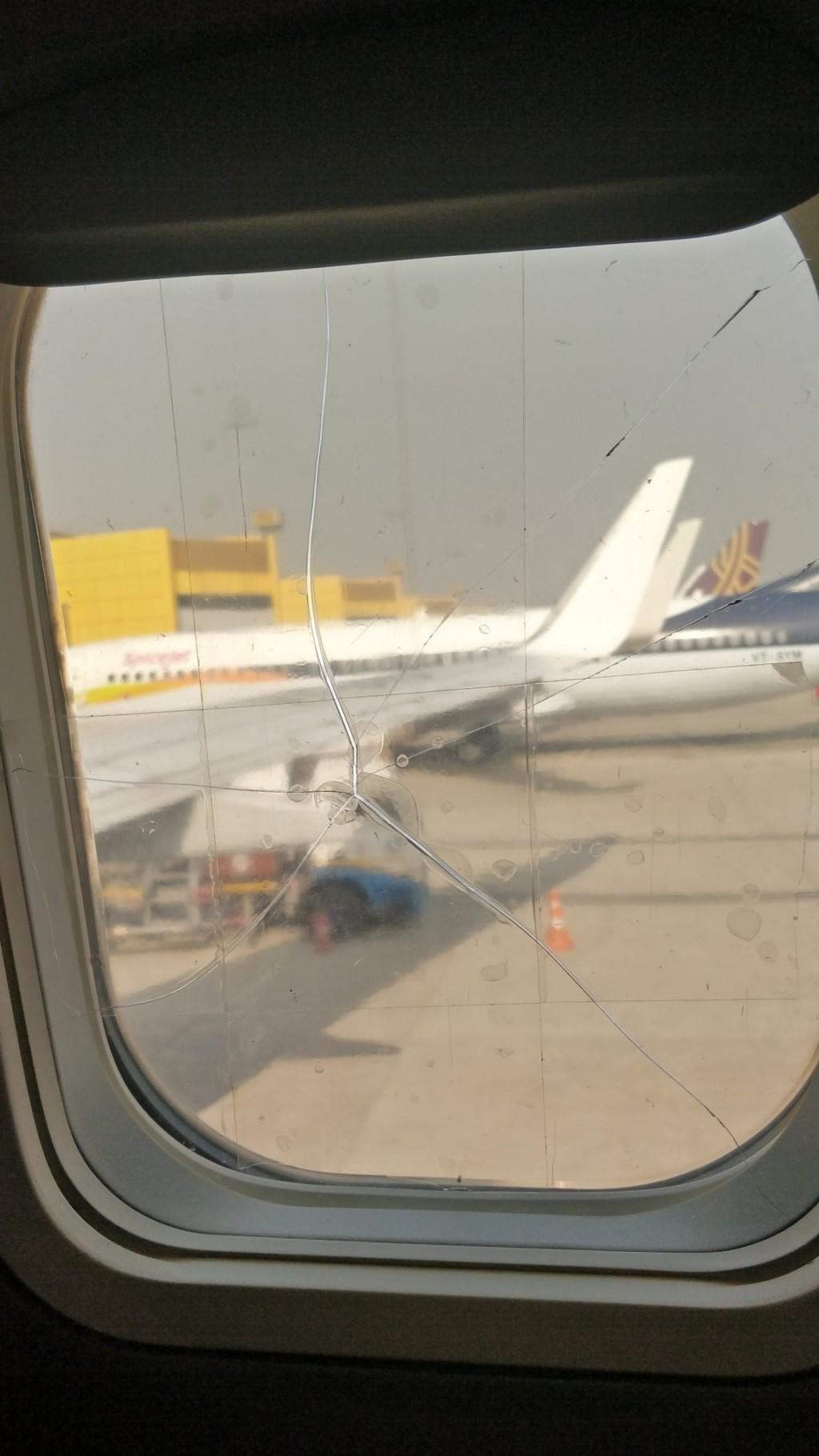 他搭飛機驚見「窗口出現裂痕」被嚇傻 近看發現「只用膠帶黏」暴怒:太危險!