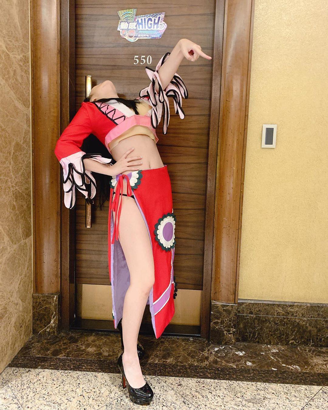 反骨艾瑞絲Cosplay《航海王》蛇姬!火辣高衩裙露出「小細繩」粉絲嗨翻:太猛了