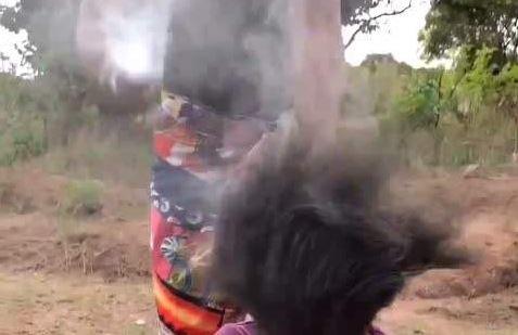 影/非洲女孩愛美不要命!超驚人「燙髮技術」頭頂狂冒煙 遊客看傻眼:以為火災現場