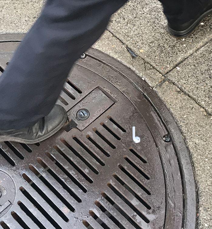 影/藝術家狂印大量「真實大小Airpods貼紙」放路邊 路人的反應超爆笑!