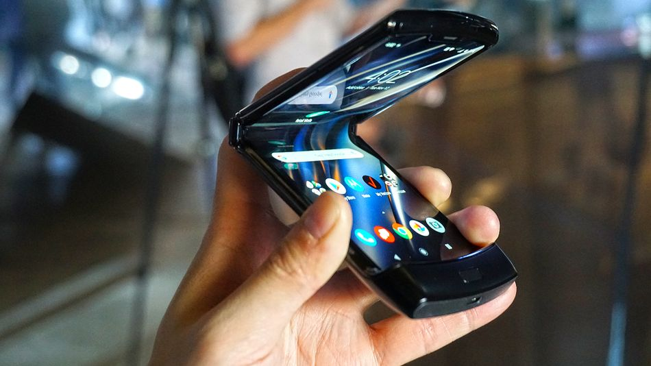 影/Motorola推出「摺疊智慧手機」引瘋搶 超大「6.2吋螢幕」價格比蘋果還貴!
