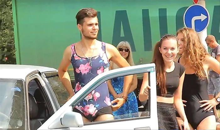 加油站舉辦「穿比基尼來就免費」活動 以為畫面會超養眼...結果全是比基尼男子!