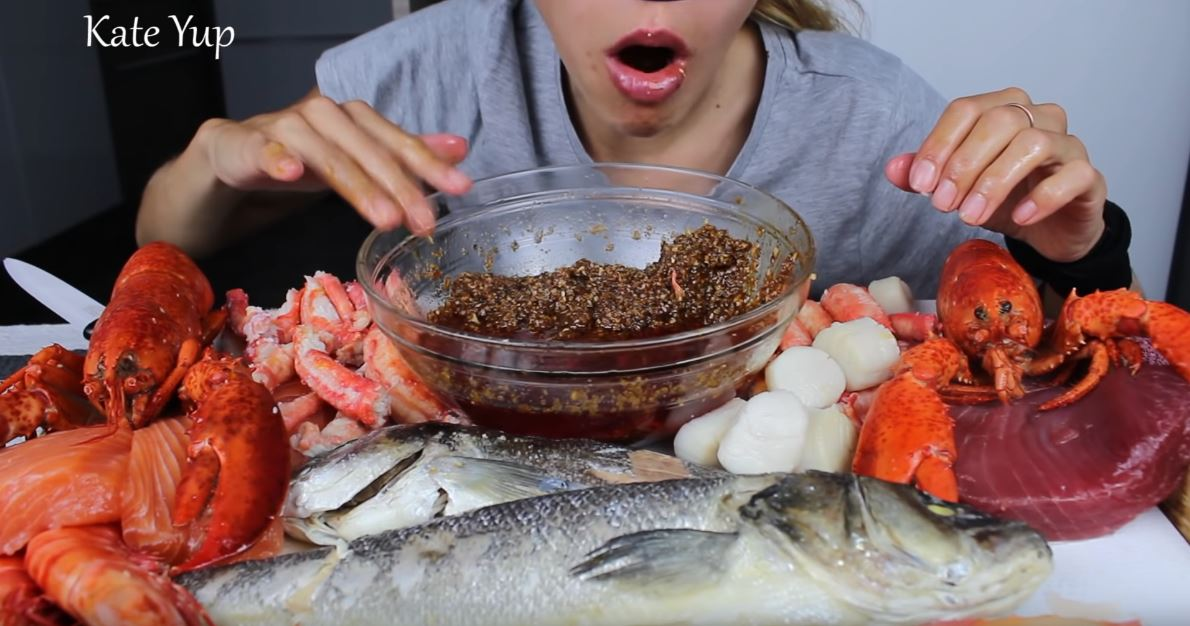 影/美食YouTuber「邊吃邊敲碗」頻率太詭異 網友破解「求救訊號」嚇呆:她有危險!