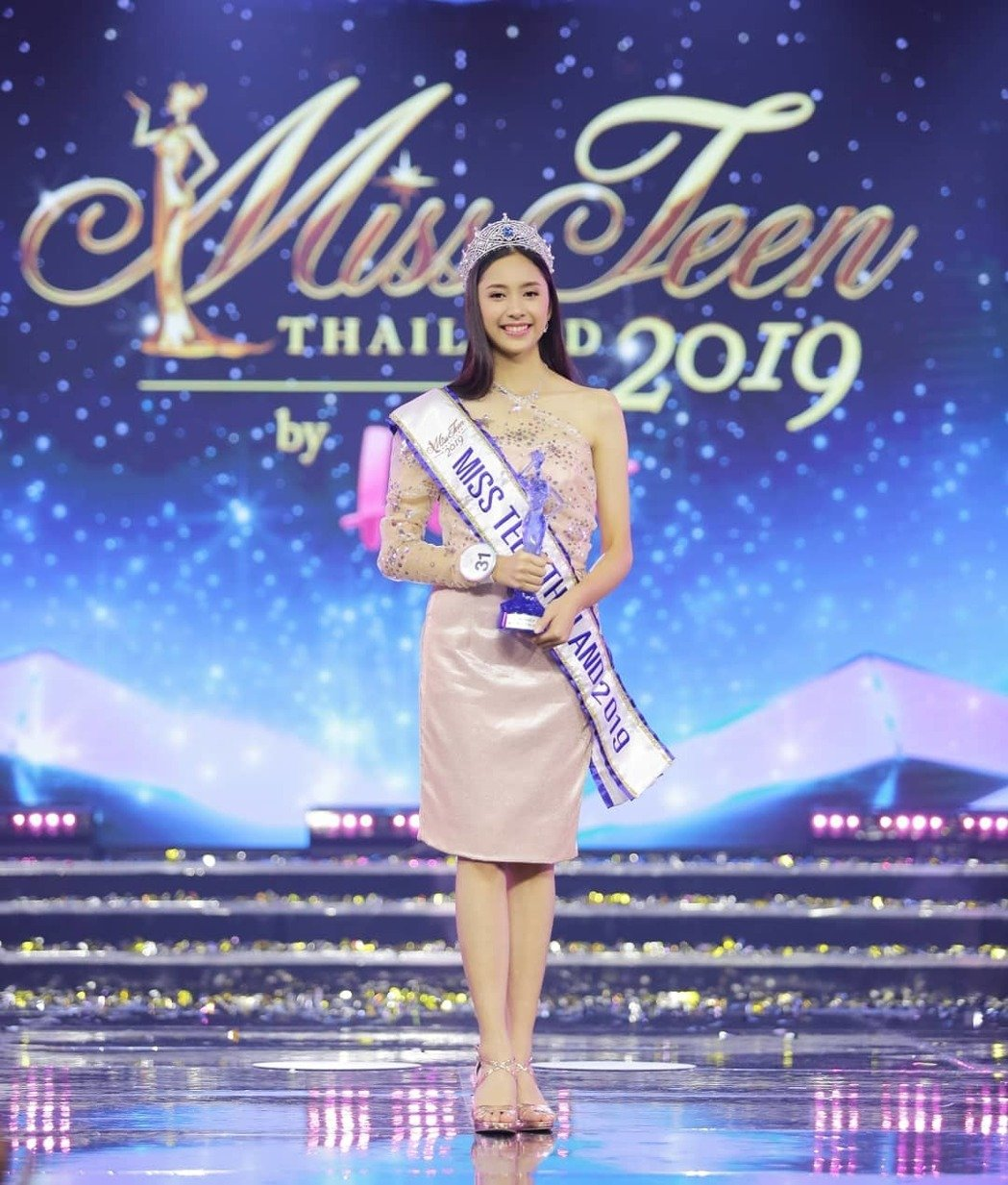 泰選美冠軍出爐「只有15歲」美貌超驚人 網起底「素顏制服照」狂讚:母胎美顏!