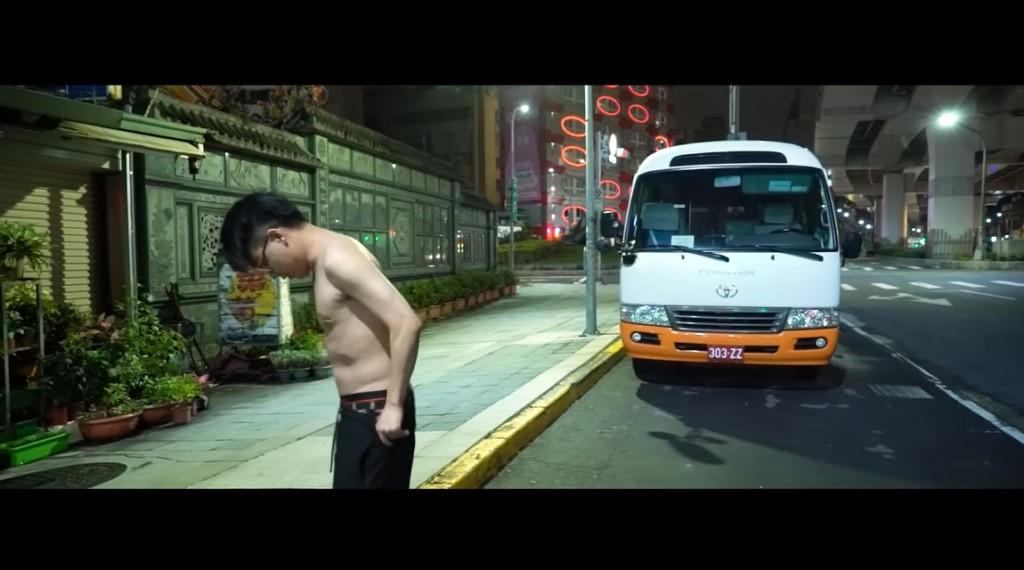 影/世界冠軍「電競選手」轉行當YouTuber 打賭輸了在「市民大道裸奔」真的兌現了!