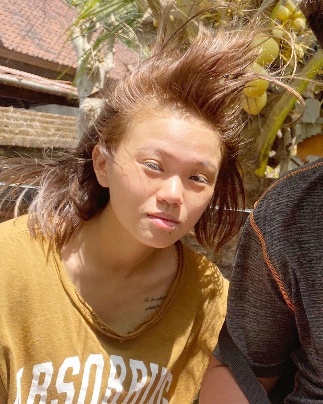 嬌小YouTuber「彥婷」超沒形象!IG分享「頭髮炸上天」素顏照 根本火雲邪神翻版