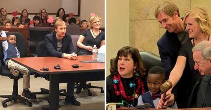 5歲男孩邀請「全班同學」出席領養聽證會 小手「舉愛心支持」畫面超溫馨❤