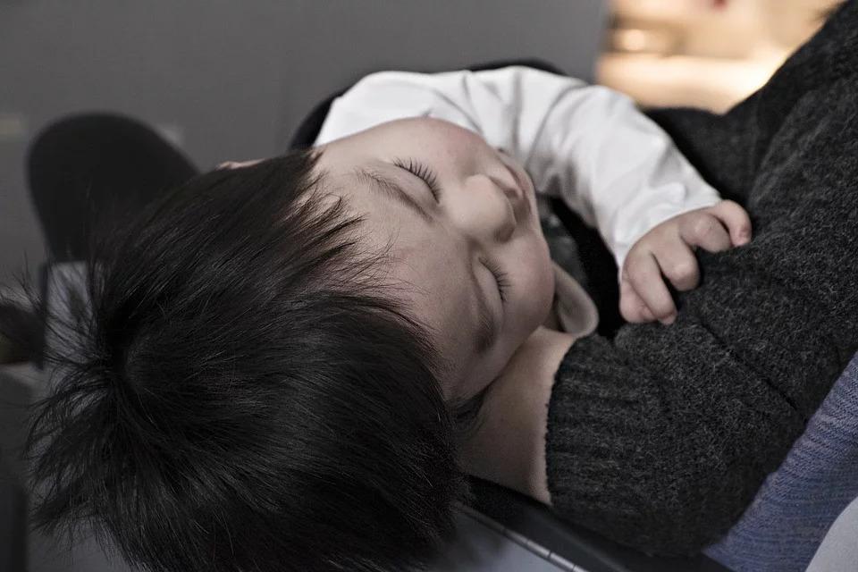 小孩發燒沒人顧…單親媽請假卻被刁難「要提前3天請」網傻眼:主管都一樣