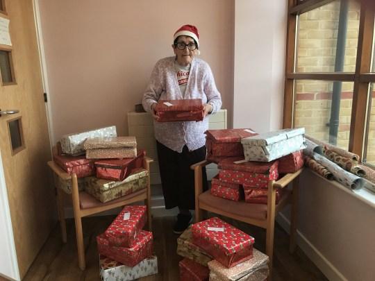 80歲奶奶準備「500份禮物」送窮苦人家 持續4年「聖誕奇蹟」不間斷❤