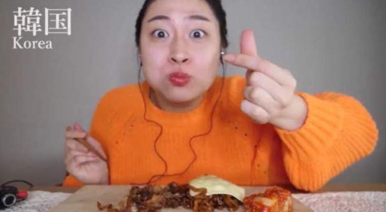 影/網紅「模仿各國ASMR吃播特色」吸百萬觀看 高度還原「中國大媽」表情是重點!