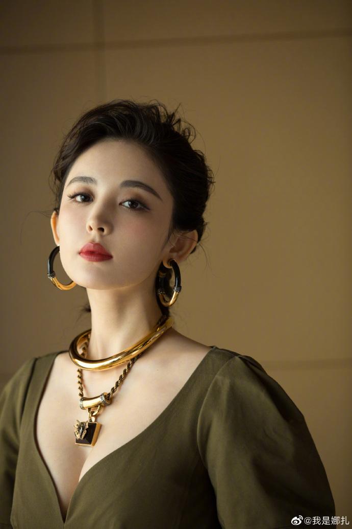 新疆演員「古力娜扎」秀英文 一開口「詭異口音」粉絲嚇傻:老天是公平的…
