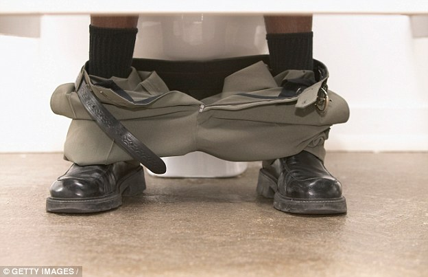 英國推「傾斜式馬桶」提高員工效率 惡魔角度「讓人越坐越辛苦」大便就像深蹲