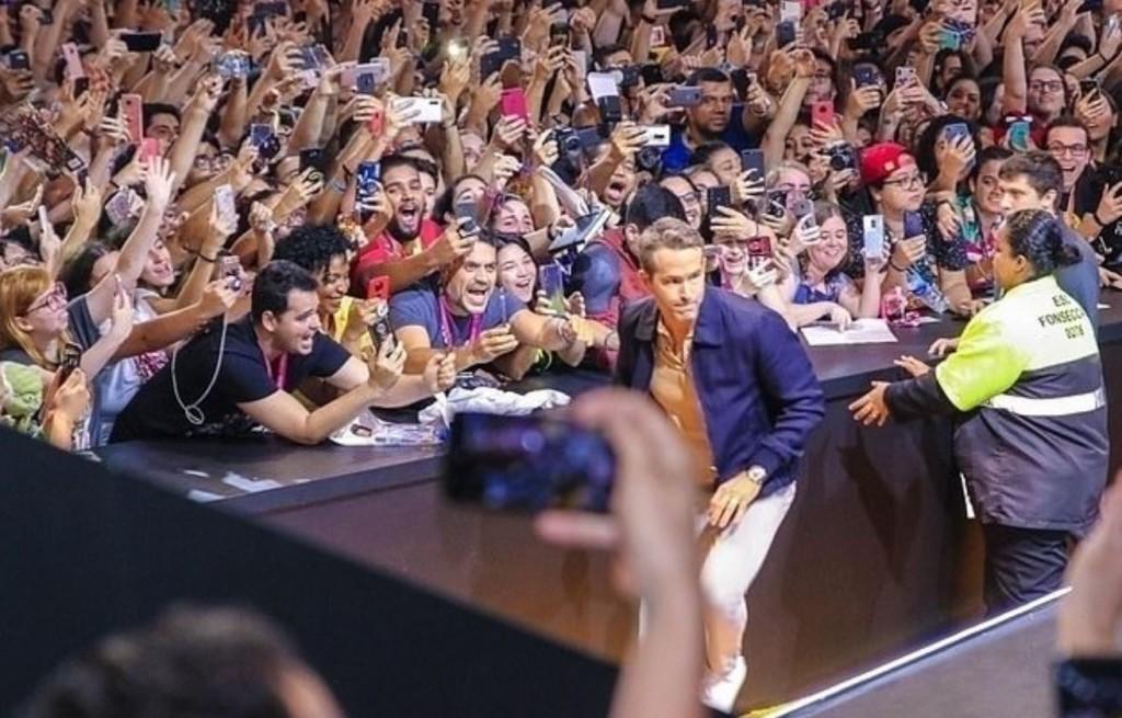死侍宣傳新電影「舞台意外倒塌」 驚險場面「粉絲跟著倒地」他的臨場反應被讚爆